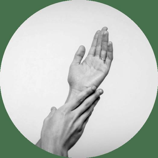 Unas manos de mujer se tocan